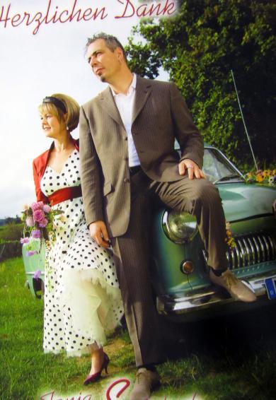 Abendkleider und Etuikleider im Retrostil der 50er Jahre mit rotem Bolero