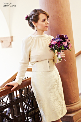 Hochzeit in weißer Chiffonbluse, geradem Rock und Korsagengürtel