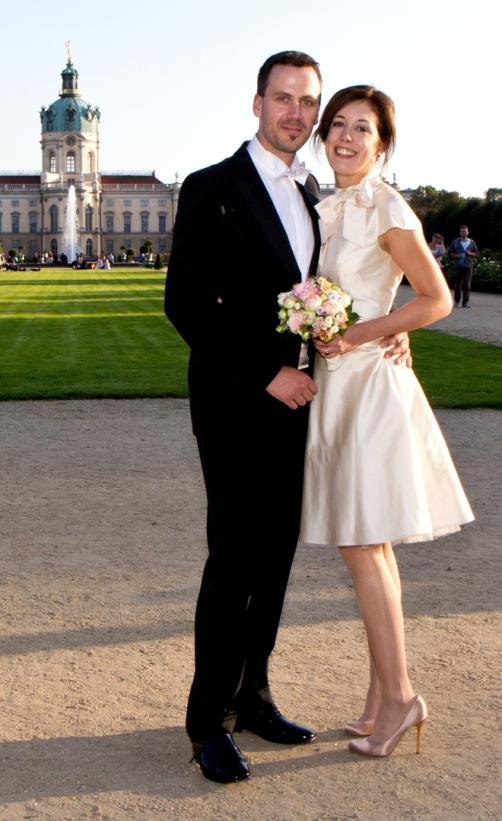 Cremefarbene Brautkleider mit Tüllunterrock vor dem Schloss Charlottenburg