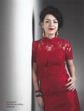 Brautmode und Abendkleider in roter Spitze und Seide, zweiteilig