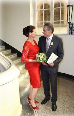 Brautkleider, Etuikleider und Oberteile aus Spitze, Röcke aus Seide